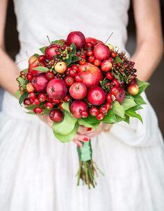 Foodie bouquet, una delle ultime novità in fatto di decorazioni floreali! Questo, pieno di mele, è perfetto per un matrimonio invernale ;)  via Wedding Chicks  #foodiebouquet #bouquet #wedding #bride