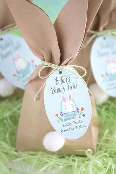 """Easy Easter """"Bunny Tail"""" Favor Bags : Easy Easter """"Bunny Tail"""" Favor Bags Whether your hosting an Easter gathering this year or looking for a fun craft for the kids these cute Easter bunny goody bags are the perfect Easter DIY! Easter Birthday Party, Bunny Birthday, Bunny Party, Cute Easter Bunny, Easter Crafts For Kids, Easter Activities, Easter Decor, Decoration Table, Craft Party"""