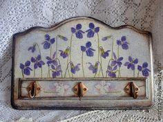 Вешалка для полотенец ` Фиалки`. Вешалка для кухни с нежными цветочками.Состарена ко краям в технике шебби-шик. Многослойное покрытие лаком.