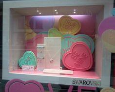 Swarovski utiliza los clásicos de la época en sus escaparates