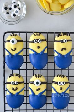 Celebrate the yellow masters of disasters as they star in their own movie with this quick and easy recipe for no-bake Minions Cookies! Elegant Desserts, Just Desserts, Delicious Desserts, Minion Birthday, Minion Party, Birthday Cakes, 2nd Birthday, Happy Birthday, Cupcakes