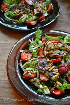 Mansikka-Halloumi salaatti Strawberry halloum salad Halloumi, Broccoli Crust Pizza, Tiger Bread, Tuna Nicoise Salad, Grilled Chicken Pasta, Tandoori, K Food, Pesto Pasta, Sweet Recipes