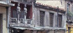 Το σπίτι με τις Καρυάτιδες στην οδό Ασωμάτων που μάγεψε τον Ανρί Καρτιέ Μπρεσόν και τον Τσαρούχη [εικόνες] Greek History, Places To Visit, Modern, Pictures