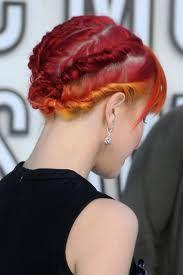 4- Camada em evidência Para o VMA de 2010, Hayley tentou outro novo estilo. Com sua franja impecável, nós amamos o trançado, que revelou as camadas de seu cabelo. Quem mais pode usar vermelho, amarelo e laranja tão bem? 5- Caixos suaves Hayley se mostrou no Grammy de 2011, abandonando seu antigo cabelo rebelde por caixos. O truque de combinar seu batom com sua sobrancelha a ajudou a manter seu incrível visual punk.