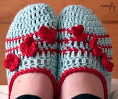 Posy Toes slippers from the maker of the cable slippers, mooglyblog. spoilt for choice now... Free #crochet pattern.