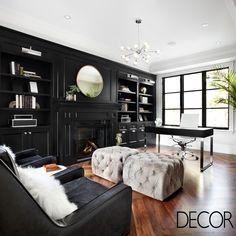 O mobiliário sóbrio garante imponência ao décor do home office