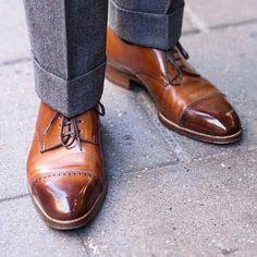 2215e81df53 Joli glaçage sur une paire de derbys marrons portés avec un pantalon en  flanelle gris