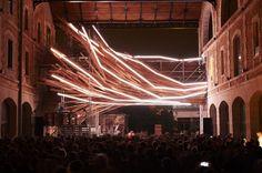 Vortex est une sculpture lumineuse intégrée dans l'architecture unique du projet Darwin, à Bordeaux. Fragment d'architecture réalisé à partir d'échafaudages, Vortex est habillé d'une peau de bois brut et surligné par 12 lignes de lumière DEL, comme autant de lignes génératrices et constructives du projet.  Vortex évolue selon des comportements organiques lumineux tel que des respirations, des pulsations ou autres tremblements et frétillements de sa peau de lumière.