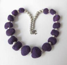 Filzkette  lila-silber mit Perlen von soschoen auf DaWanda.com