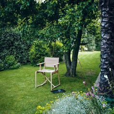 Philippe Starck takes the director's chair design for a modern spin and reimagines it for Magis with a little help from technology. Garden Chairs, Garden Furniture, Outdoor Furniture Sets, Outdoor Decor, Air Chair, Director's Chair, Level Design, Outdoor Folding Chairs, Online Galerie