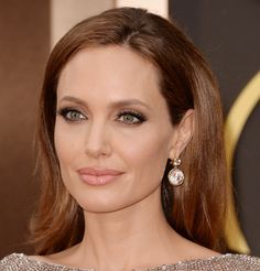 Angelina Jolie at 2014 Oscar. If you click on the image, it gets giga so you can see all the details of this flawless make up.