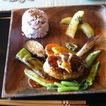 ナイヤビンギ - 料理写真:メインディッシュ:野菜のハンバーグ・赤米ごはん