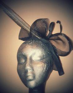 Tocado de fiesta, boda..... Pluma de faisán dorado, base en muselina plisada,crin negro y tul.