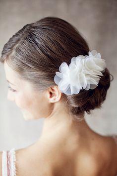 Blumen Brautschmuck für die Haare // Bridal flower hair accessory by BelleJulie via DaWanda.com
