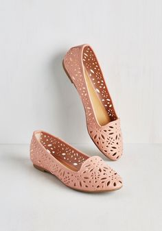 Cutout a Rug Flat. When your favorite song comes on and youre sporting these dusty rose flats are on your feet, its easy to get lost in the beat! #pink #modcloth