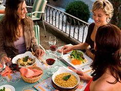 Chur ist dafür bekannt, dass es die höchste Dichte an Gaststätten und Bars in der Schweiz hat. Und tatsächlich gibt es hier vom Gourmetrestaurant bis zur urigen Bündner Kneipe alles was das Herz begehrt.