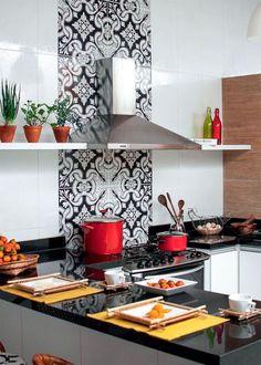 Cozinha com península para aproveitar melhor o espaço em casas/apartamentos pequenos