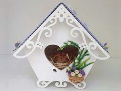 Decoramos uma casa de passarinho de mdf branca em tom lilás. Do teto com rendinha e borboletas até o ninho dentro da casinha usamos muitos mimos para deixar a casinha delicada e charmosa. Que tal no quartinho do seu bebê?