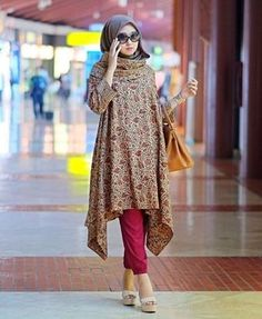 Dian Pelangi - maybe with a different plain flowy material Batik Fashion, Abaya Fashion, Modest Fashion, Fashion Outfits, Fashion Muslimah, Blouse Batik, Batik Dress, Model Baju Hijab, Abaya Mode