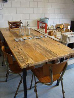 Industriële lange houten met stalen eet / kantoor tafel.  Lang ; 224 cm Breed ; 86 cm Hoog ; 79 cm