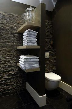 Les toilettes noires design s'offrent des rangements élégants. Un Wc dans la salle de bains oui mais alors on opte pour une cloison rangement ! idéal dans une maison Alliance construction