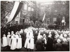 Lauriergracht 105 Rooms-Katholiek jongens weeshuis. Tijdens bezoek Zijne Eminentie Kardinaal van Rossum. 1913 Collectie Stadsarchief Amsterdam #NoordHolland #Amsterdam #wezen #katholiek