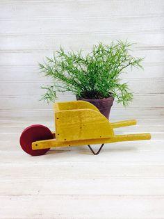 Brouette jouet Vintage par jeanneelmer sur Etsy