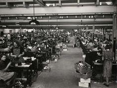 Arbeidsters aan het werk in de schoenenfabriek van Van Haren. Nederland, Waalwijk, 1939.