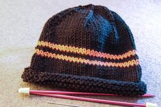 How To Knit A Beanie With Straight Needles For Knitters Who Are Not Yet Comfortable Knitting In The Ro Knitting Mens Hat Knitting Pattern How To Knit A Beanie