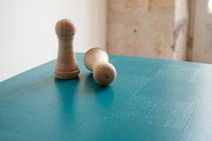 """Table basse vintage """"Echec et Mat"""" des années 50 en chêne massif et marqueterie, pieds compas, revisitée en bleu canard"""