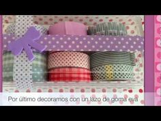 Este video es un tutorial de cómo podemos convertir una simple caja vacía de plástico en una preciosa cajita decorada, para guardar nuestros whasi tape, bisutería, etc. Ideal para regalo.    Más manualidades en el Blog:  http://manualidadescongomaeva.blogspot.com.es/