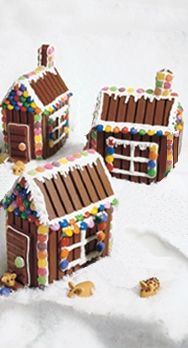 Not gingerbread; but---KIT KAT HOUSES.much yummier than graham crackers! Christmas Gingerbread House, Noel Christmas, Christmas Goodies, Christmas Desserts, Holiday Treats, Christmas Treats, Holiday Fun, Gingerbread Houses, Christmas Houses