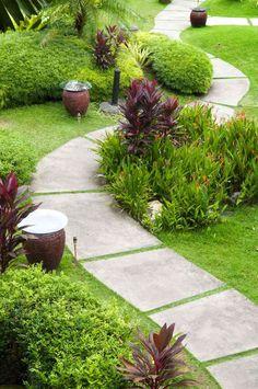 allée jardin en dalles de béton grand format zigzaguant entre la verdure                                                                                                                                                                                 Plus