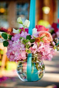 hanging flower arrangements. Hermoso arrrglo!