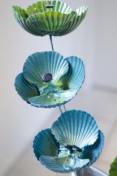 These gorgeous shell flowers will brighten up any corner of your home, inside or out. Check out the article to find out how to make your own shell flowers. Seashell Painting, Seashell Art, Seashell Crafts, Beach Crafts, Summer Crafts, Shell Wind Chimes, Diy Wind Chimes, Flowers Today, Flowers For You