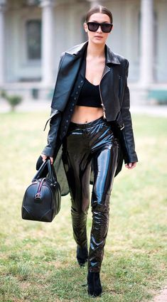 Look all black, jaqueta de coro, top cropped, calça latex, ankle boot