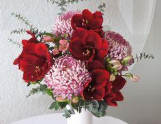 Great Blossom Bouquet - Blumenabo von StarFlower Ein pures Blütenwunder haben wir für Sie diese Woche zusammengestellt. Amaryllis und großblütige Chrysanthemen sorgen für einen Wow-Effekt in Ihrer Vase. Amaryllis, Floral Wreath, Vase, Wreaths, Home Decor, Chrysanthemums, Floral Crown, Decoration Home, Door Wreaths