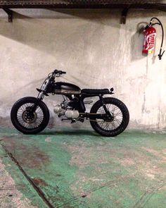50cc Motorbike, Brat Motorcycle, Motorcycle Riding Gear, Motorcycle Outfit, Custom Garages, Custom Bikes, Honda S90, Motorbike Design, Cafe Racer Honda