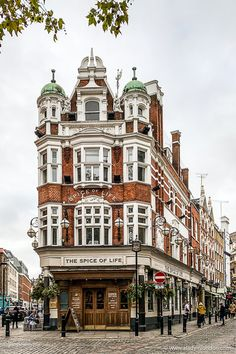 Beautiful pub in Soho, London. This area has some of the best pubs in London. City Of London, Pubs In London, London Blog, London Night, London Market, London Restaurants, Soho, City Aesthetic, Travel Aesthetic