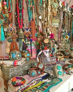 Bohemian home inspiration is for those you love to fill there homes with life, culture and travel memories. A touch of color and hippie vibes Boho Gypsy, Bohemian Jewelry, Hippie Boho, Luxury Beauty, Diy Beauty, Hippie Style, Boho Style, Ibiza Fashion, American Indian Jewelry