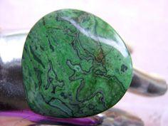 Ein *grüner Ocean Jaspis*, mit ellen denkbaren Nuancen von grun türkis und petrol in der Farbigkeit wird hier im Ring zum edlen Blickfang!  Ein riesig