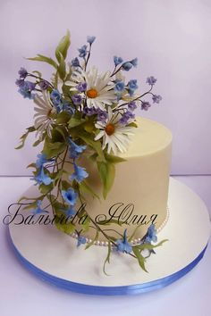 I love the use of real flowers on cakes. Beautiful Wedding Cakes, Gorgeous Cakes, Pretty Cakes, Amazing Cakes, Fondant Flowers, Sugar Flowers, Real Flowers, Cake Icing, Cupcake Cakes