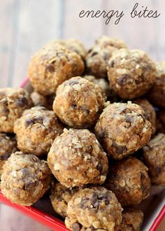 No-Bake Energy Bites - delicoius and healthy! Ingredients 1 cup quick cooking oats cup all natural peanut butter cup honey 1 cup coconut flakes cup milled flaxseed 1 tsp vanilla cup mini chocolate chips (optional) No Bake Energy Bites, Oatmeal Energy Bites, Snack Recipes, Cooking Recipes, Bon Dessert, Protein Snacks, High Protein, Healthy Protein, Fat Bombs