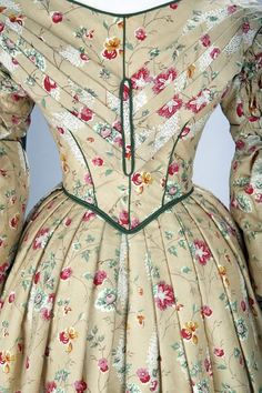 Beige ground, floral print 👗Soft colours and floral patterns are a distinctive feature of many day… 1800s Fashion, 19th Century Fashion, Victorian Fashion, Vintage Fashion, Vintage Gowns, Vintage Outfits, Vintage Hats, Vintage Clothing, Period Outfit