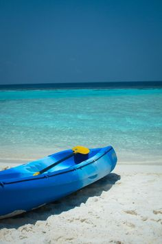 kayak on the beach in the Maldives Best Places To Vacation, Best Vacations, Vacation Ideas, Beach Resorts, Hotels And Resorts, Water Villa, I Love The Beach, Island Resort, Maldives