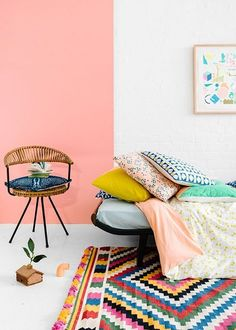 La peinture rose saumon s'invite dans la chambre de fille