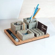 20 Awesome DIY Office Organization Ideas That Boost Efficiency : Inspirational desk organizer roll top just on interioropedia home design Cement Design, Cement Art, Beton Design, Concrete Cement, Concrete Furniture, Concrete Crafts, Concrete Projects, Diy Projects, Wooden Pen Holder