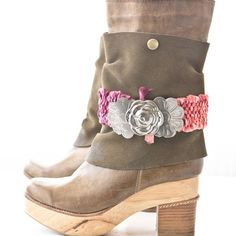 Add some style to your wardrobe with this woven boot belt project. You can use the same weaving technique to create a bracelet or headband!