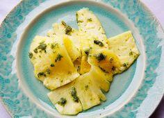 Carpaccio von der Ananas mit Minzpesto | Zeit: 15 Min. | http://eatsmarter.de/rezepte/carpaccio-von-der-ananas-mit-minzpesto