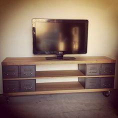 Vestiaire transformé en meuble TV industriel metal et bois avec des